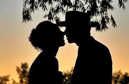 Поцелуй: история романтической традиции