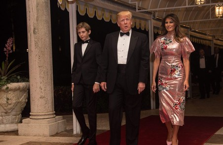 Мелания Трамп встретила Новый год в модном платье с вышивкой и блестками