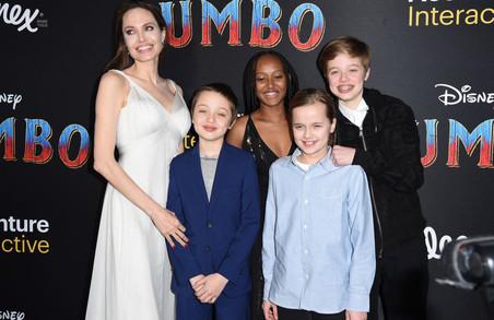 Анджелина Джоли позировала на красной дорожке с младшими детьми