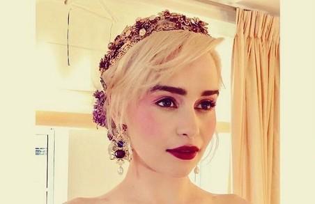 «Мать драконов» позировала для модного глянца в роскошных нарядах